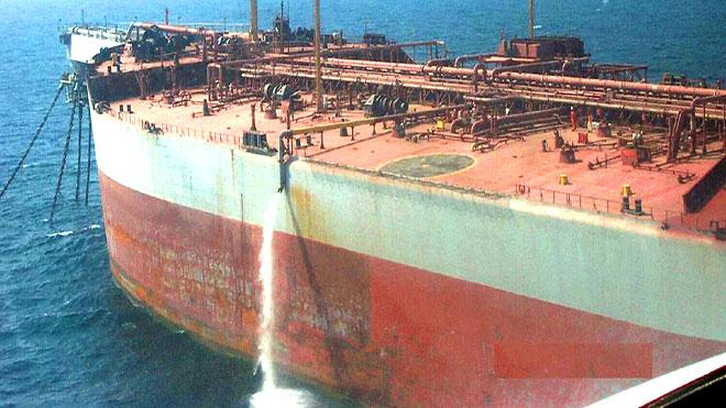 الحكومة اليمنية تحذر من غرق خزان صافر بعد حدوث ثقب في أحد الأنابيب وتسرب مياه البحر إلى غرفة المحركات