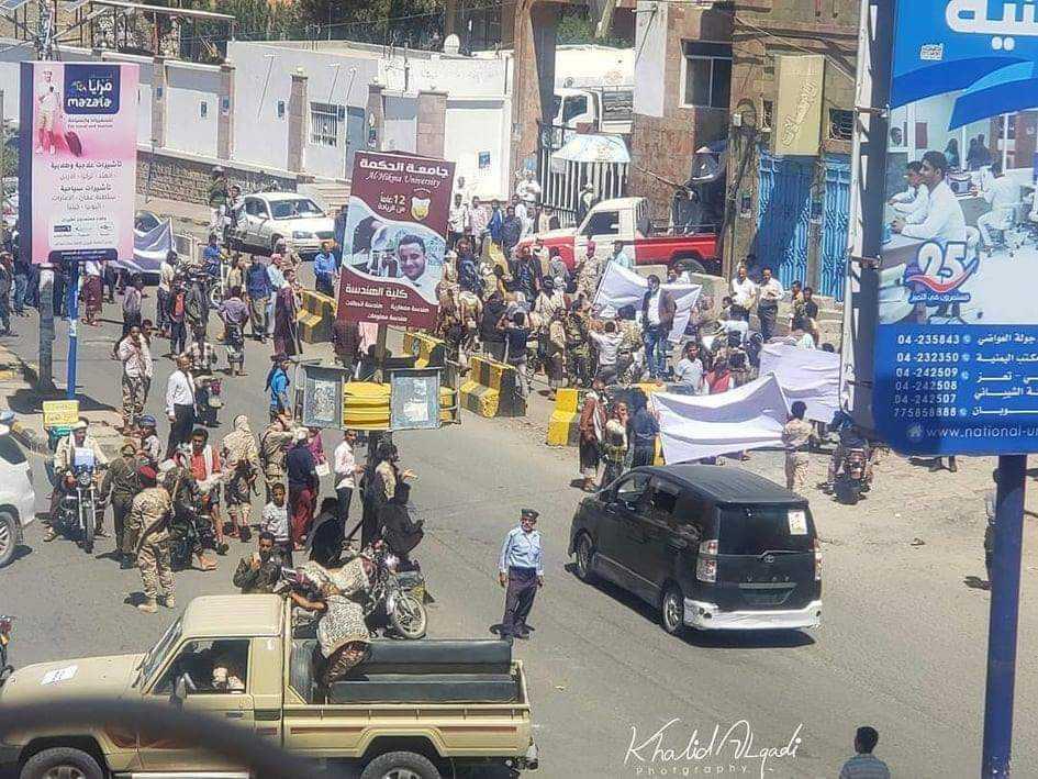 تعز.. إصابة ثلاثة مدنيين بقذيفة حوثية سقطت وسط المدينة