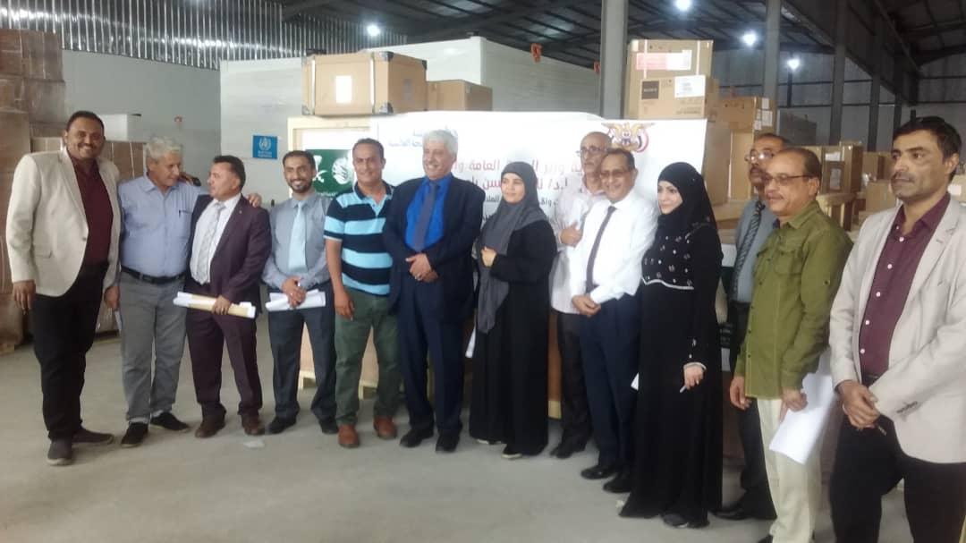 وزارة الصحة توزع معدات واجهزه طبية لعشر محافظات يمنية