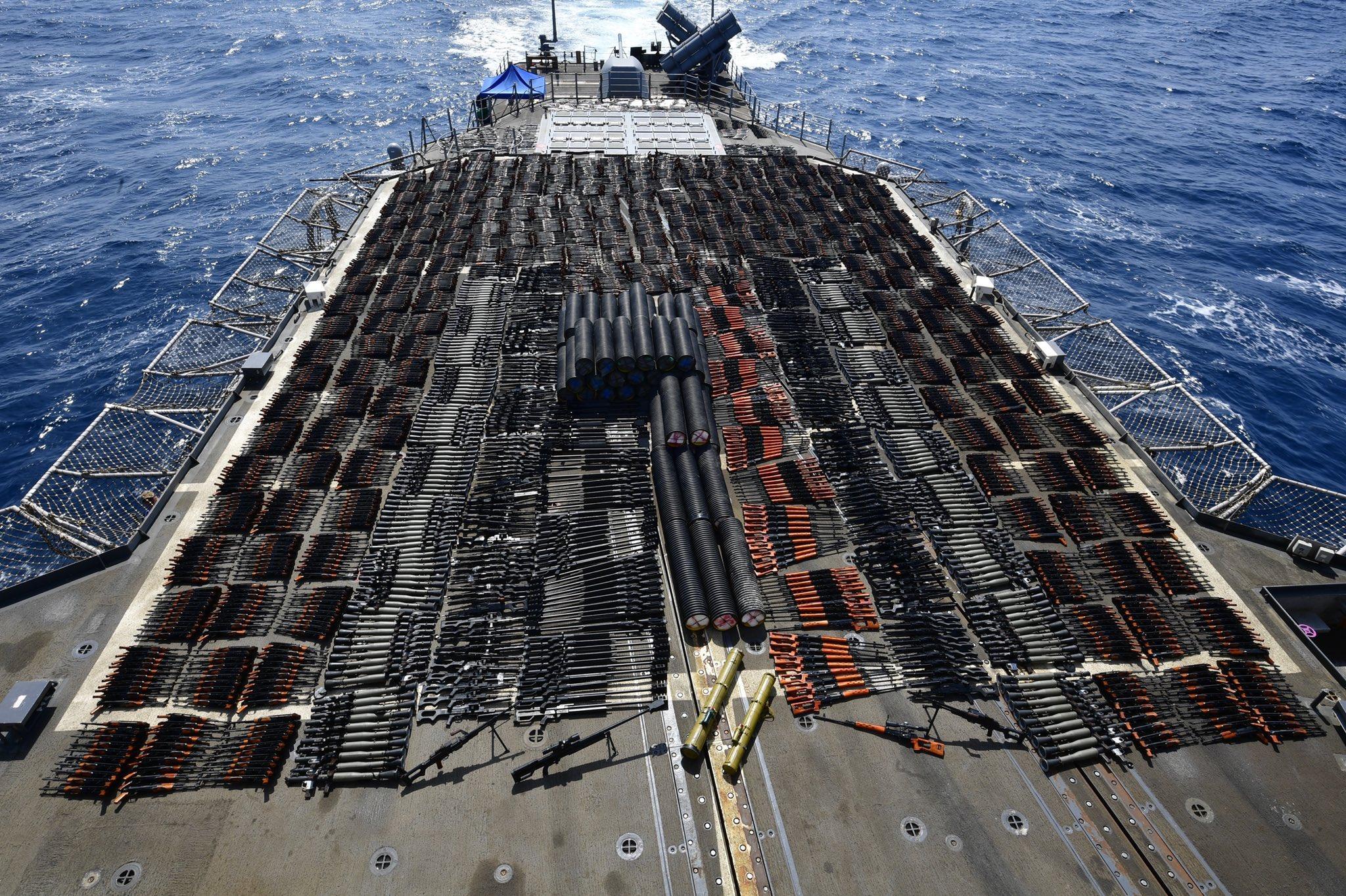"""البحرية الأمريكية تعلن مصادرة شحنة أسلحة ضخمة من مركب شراعي """"مجهول الجنسية"""" في بحر العرب"""