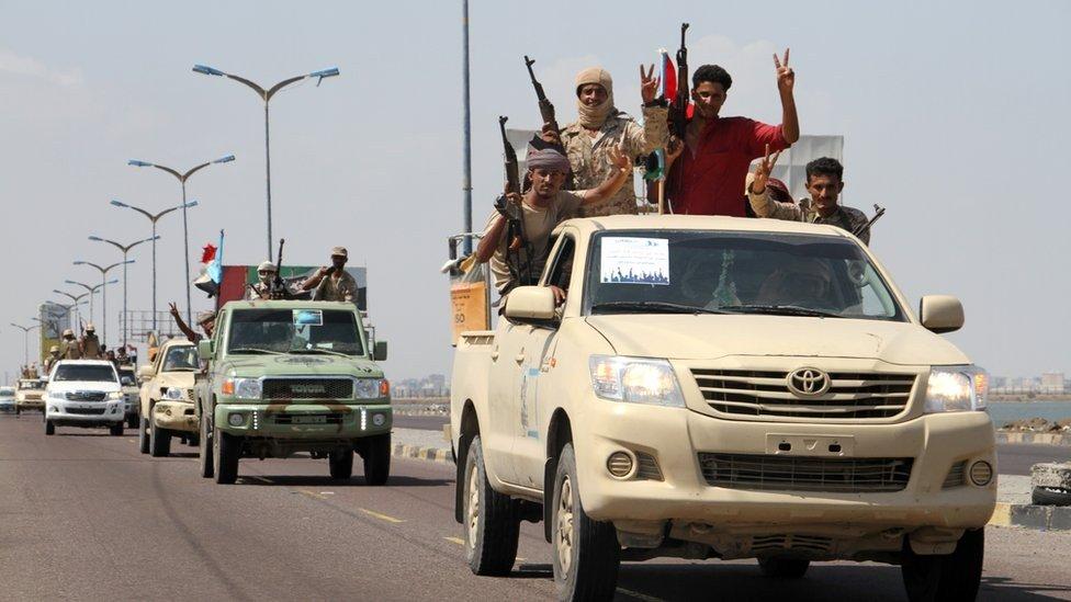 شهود عيان: قوات تابعة للانتقالي في محافظة لحج تصل العاصمة المؤقتة وتتمركز في موقع عسكري غربي المدينة