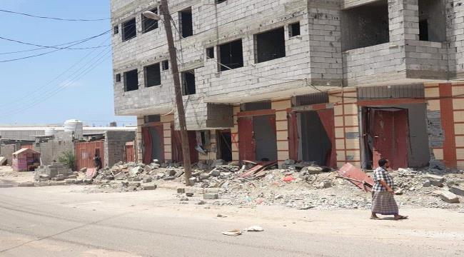 رجل أعمال يناشد النائب العام ووزير الداخلية بالقبض على مجموعة اقتحمت ونهبت مبنىً تابعاً له شمال عدن