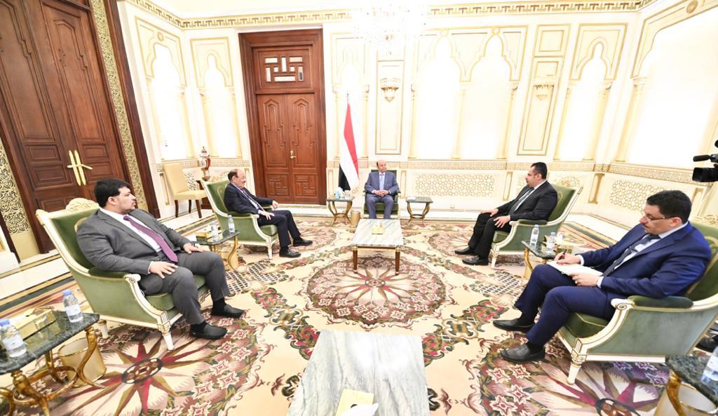 هادي يجتمع بنائبه ورئيس وزرائه لمناقشة التحركات الدولية لإحلال السلام واستكمال تنفيذ اتفاق الرياض