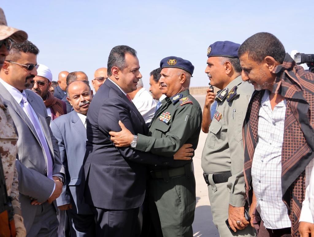 رئيس الوزراء بعد وصوله إلى عدن: التحديات أمامنا كبيرة