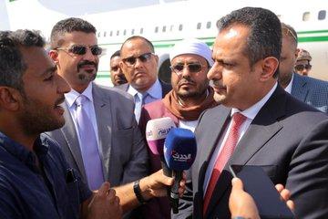 رئيس الوزراء عقب وصوله عدن يؤكد أن الجميع اليوم شريكٌ في مسؤولية إنجاح المهام المنصوص عليها في اتفاق الرياض