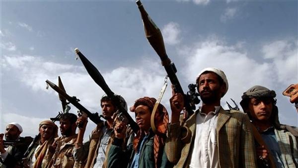 مسلح حوثي يقتل ابن عمه ويصيب والده في مغرب عنس
