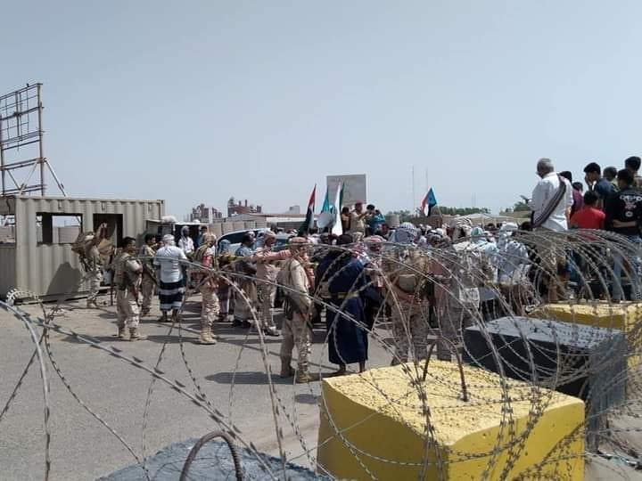 إغلاق المعتصمين العسكريين بوابات ميناء الزيت غرب عدن يتسبب بأزمة في المشتقات النفطية
